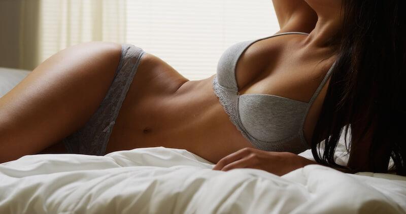 ベッドの上のセクシーな女性